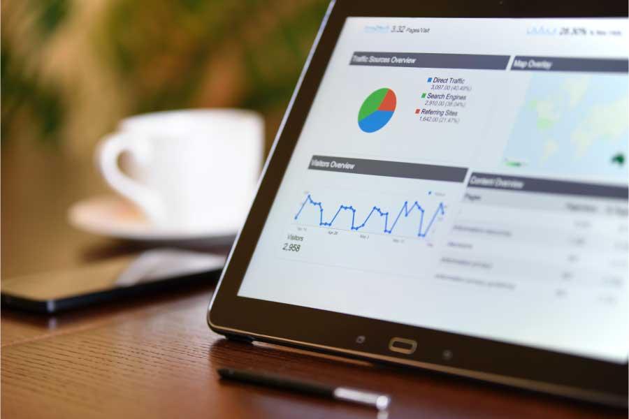 Imagen-de-tablet-con-Google-Analytics-en-pantalla