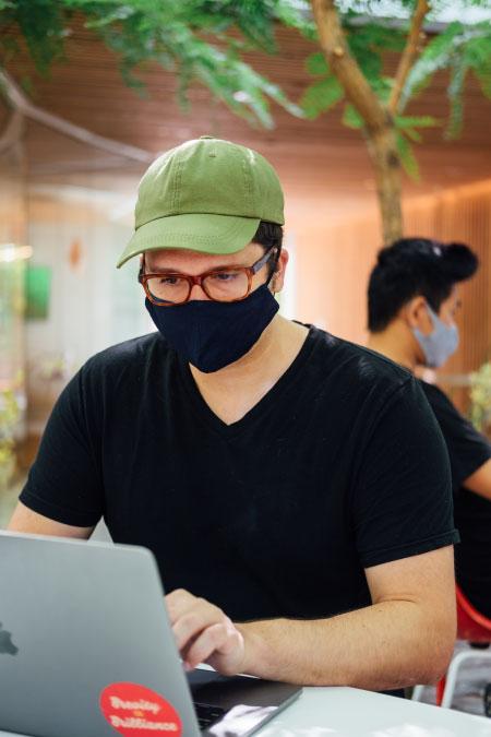 Imagen-entrada-beneficios-del-SEO-Hombre-con-computadora